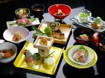 旬の食材や伊豆の海の幸を贅沢に使用して丹精込めた四季折々の懐石料理。