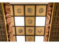 Room301 新宿雅邸自慢の花鳥画の格天井、ご家族やご友人同士楽しんで下さい。
