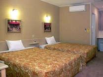 約25平米の広さに、幅1.5m以上の大型ベッド2台。1名~親子4人までお泊りいただけます。