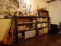 皆で囲める木のテーブル。 海外の紙幣、地図、本、珈琲、カメラ、そして新たな出会い。