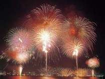 片山津大花火大会8月1日~8月31日まで毎日打ち上げ予定。間近で打ちあがる花火は壮大です。