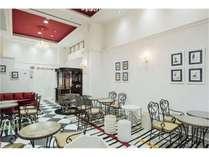 ホテル一階レストラン朝食会場有償で昼食、夕食も提供。アルコールも有り23時まで営業