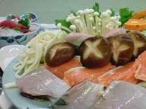冬季、寄せ鍋,白菜・かわはぎ・鮭など。