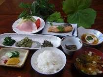 朝食は、源泉でゆでた温泉たまご、焼き魚、山菜を使った郷土料理などです。ご飯は地元産コシヒカリ米です