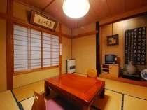 和室8畳間  テレビは、無料です。落ち着いた調度品の部屋でゆっくりおくつろぎ下さい。
