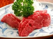 信州名産の馬刺しロース肉ですので非常に柔らかく脂がのっています