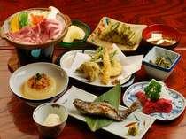 夕食は、陶板料理、信州名産の馬刺し、山菜を使った郷土料理などです。ご飯は地元産コシヒカリ米です。