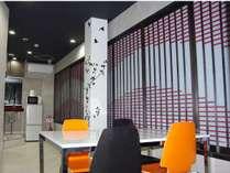 4階談話スペース。大きなテーブルがあるのでご歓談に最適!(3Fのみテレビあり)