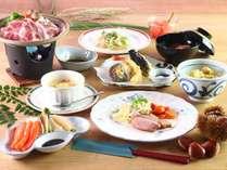 《食事》夕食はボリューム満点!自家栽培のお米や野菜をおいしく味わえる和洋折衷メニュー。