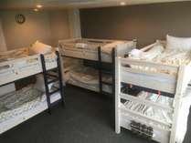 男性ドミトリー(6人相部屋)2段ベッドが3つあり最大6名様用のお部屋です