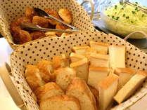 朝食は人気のバイキング(メニュー 一例:パン)
