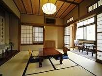 当館では人気の高いお部屋です。広縁からは、温泉街をそぞろ歩きなさるお客様の様子も。