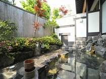 風が心地よい露天風呂。野沢の澄んだ空気と、四季を感じて頂けます。