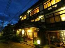 麻釜通りに佇む小さな旅館です。駐車場もすぐ横にございます