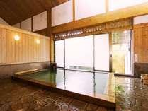 自家源泉かけ流し。明るく開放感溢れる、福住みの湯で、心ゆくまで湯浴みをどうぞ。