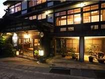 麻釜通りに佇む小さな旅館。木のぬくもりが溢れた木造の建物