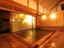 古代檜で造られた大浴場。湯屋造りの風呂は天井が高く開放感たっぷり。
