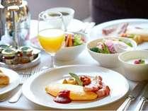 インルームダイニングでは、和洋選べる朝食をお部屋でゆったりとお楽しみいただけます。