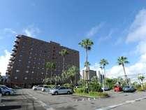 100台収容の広々平面駐車場(ご宿泊のお客様は1泊1台\500でご利用頂けます)