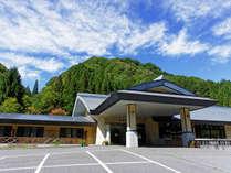 鬼無里の湯ホテル&コテージ正面玄関と駐車場