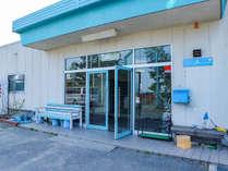 *【玄関】当館は、琵琶湖のほとりに建つ公共の施設です。