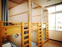 カプセル型ベッドにはプライバシーカーテン、ミニ扇風機、読書灯、コンセントがついています。