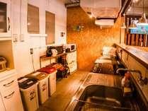キッチンには食器や調理道具、電子レンジ、冷蔵庫の他、基本の調味料もございます!