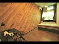 個室がいいけど安く抑えたい、仲良しの2人におすすめダブルルーム!TV、エアコン、Wifi、デスク完備