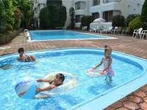 幼児用プールと奥の深いプール