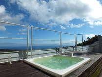 絶景露天風呂「天空」。開放感たっぷりの大パノラマ。海・空・森が楽しめる。