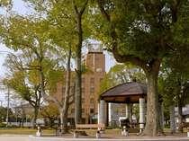 ホテル目の前は閑静な辰之口公園