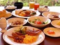 朝食は種類豊富な満足の和洋ブッフェ。元卓には手作り料理が◎