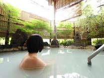 大涌谷からの源泉かけ流し。温泉情緒豊かな濃いにごり湯で、上がってからも湯冷めしにくいのが特徴です