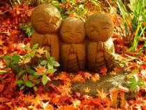 紅葉に染まる良縁地蔵(長谷寺)