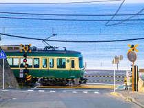 湘南の海をバックに走る江ノ電~江ノ電鎌倉高校前踏切