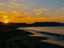 朝日が昇る由比ガ浜