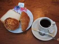 朝食無料サービス (パンとコーヒー、セルフサービス)