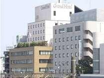 平塚駅方面から見たホテル外観。手前が別館、奥が本館となります。