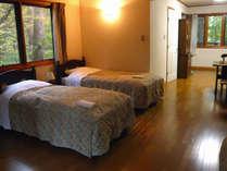 定員4名の洋室。四季折々の景色をお楽しみ下さい。