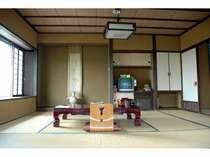 10畳(バス・トイレ付)のお部屋。 周辺の田園風景と奥羽の山並みが一望できます。