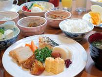 日替わりもある約30種類の朝食バイキング(6:30~9:45)