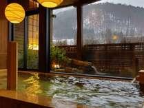 【大浴場:内湯】浴場では、照明など「和の癒し」を演出の画像