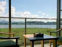 レイクビューの寛ぎ和室。バルコニーから湖畔情緒たっぷりとご満喫いただけます。