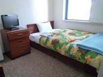 【ベッド広め】羽毛ふとんで快適な安眠を保障します。 温度調節用に予備の毛布も各部屋にはいっています