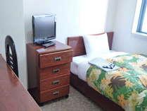 シングルルーム【ベッド広め】羽毛ふとんで快適な安眠を保障します。