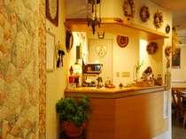 フロントや館内のいたるところにヴィクトリアン調のキルトや小物など飾られています
