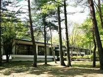 軽井沢の別荘地に建つ、自然に囲まれた閑静な環境