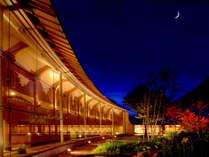 *ライトアップされた庭園から眺める月夜は格別です