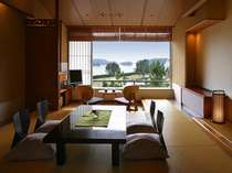 【眺望和室】オーシャンビューの和室は足を伸ばしてゆったりくつろげる。