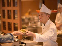 お客様の目の前でつくりあげる出来立て料理。